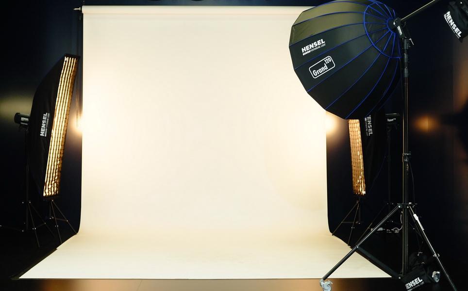Fotografie Stuttgart - Das professionelle Fotostudio zeigt ein Foto mit zwei Striplights und einem Schirmreflektor als Hauptlicht