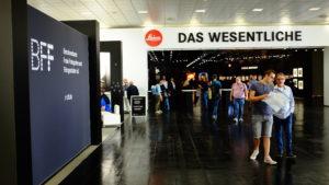 Das Wesentliche Leica Photokina Eventfotos Berlin. Übersichtsaufnahmen gehören ebenso dazu wie Fotos von Menschen der Veranstaltung.