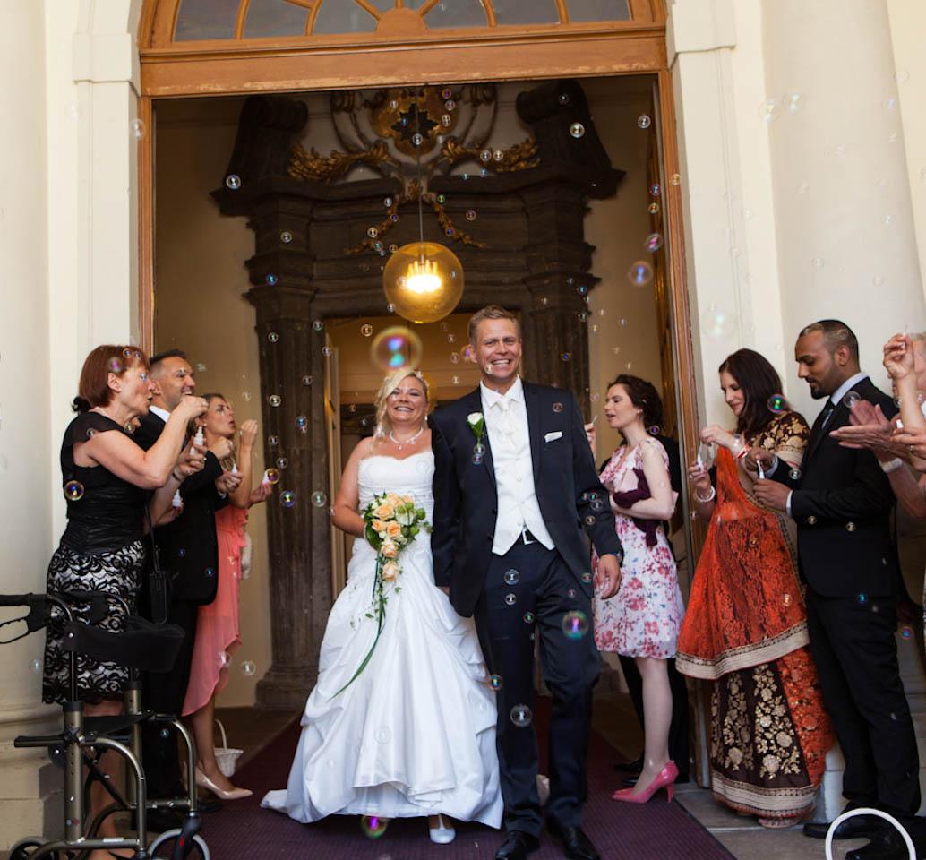 Der Hochzeitsfotograf Stuttgart fotografierte dieses Paar beim Seeschloss Monrepos. Ein lichtstarkes Teleobjektiv sorgte dafür, dass das Foto natürlich und sanft wirkt.