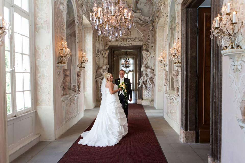 Dieses Paar wollte in einem Schloss fotografiert werden. Die romantische Kulisse war für den Hochzeitsfotografen Stuttgart ideal. Die meisten Bräute müssen sich seitlich stellen, damit sie auf dem Hochzeitsfoto schlanker aussehen.