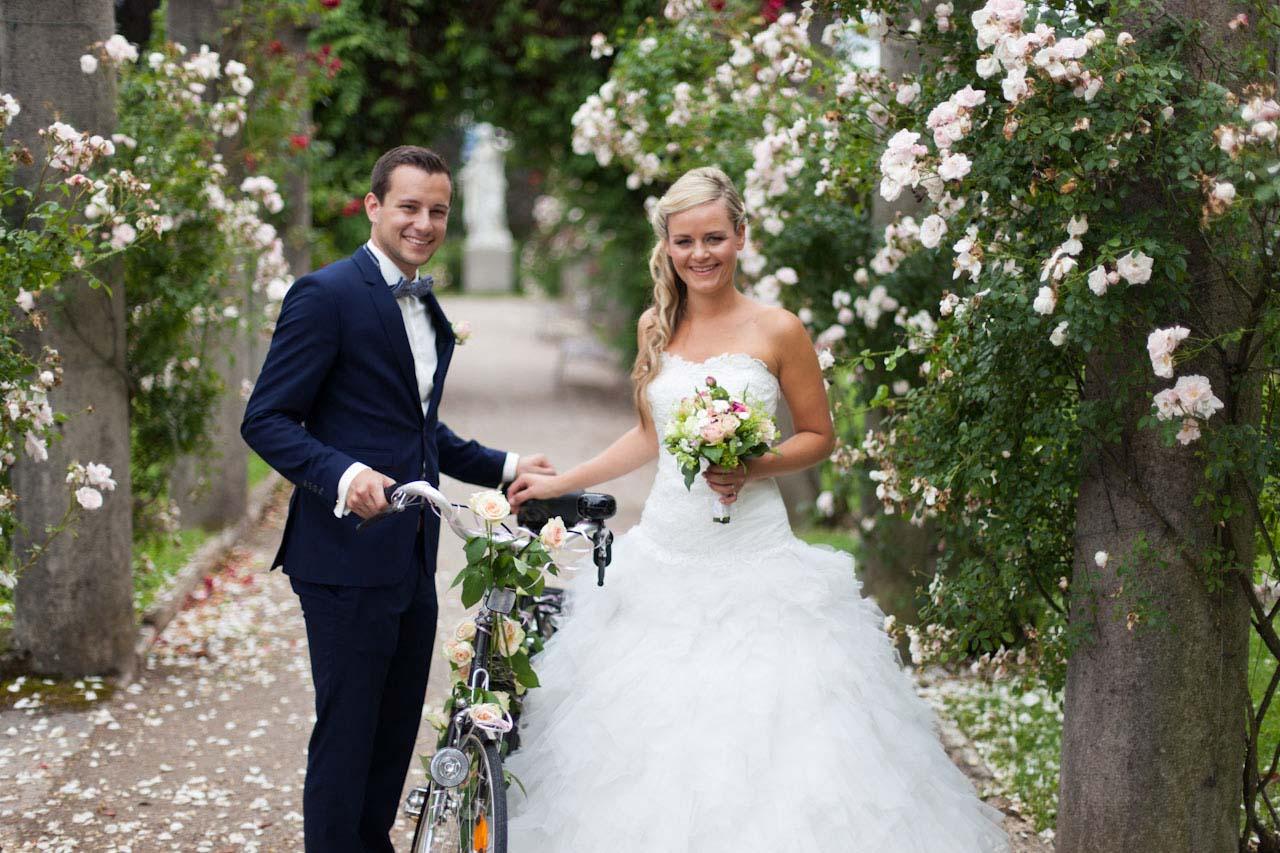 Fotoshooting in Sommerfrische. Unkoventionelle Hochzeitsfotografie Stuttgart für ungewöhnliche Hochzeitsbilder. Der erste Blick nicht immer für Außenstehende zu erkennen, was im Brautpaar vor sich geht.