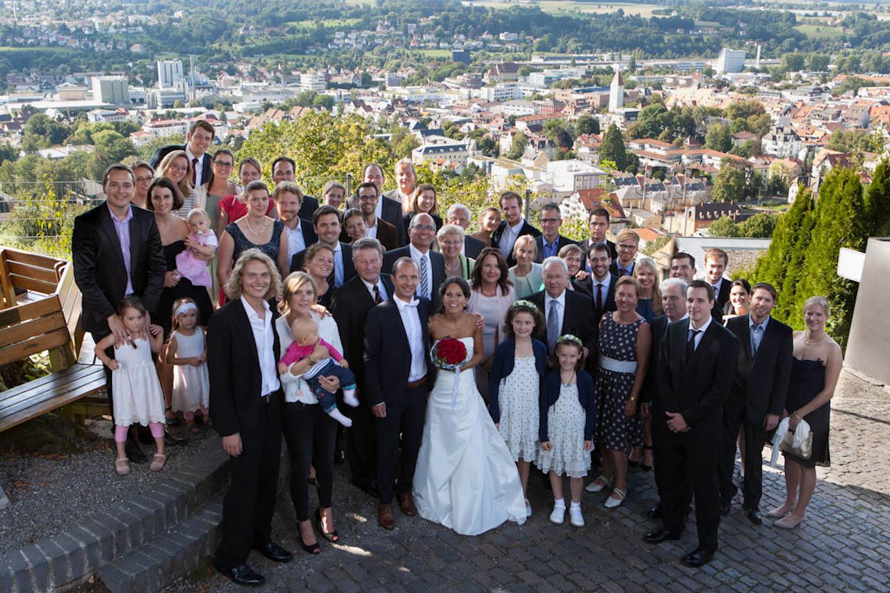 Den besten Platz für ein Gruppenfoto sucht sich der Fotograf bereits beim besichtigen der Location an. In der professionellen Hochzeitsfotografie Stuttgart darf ein Gruppenbild nicht fehlen.