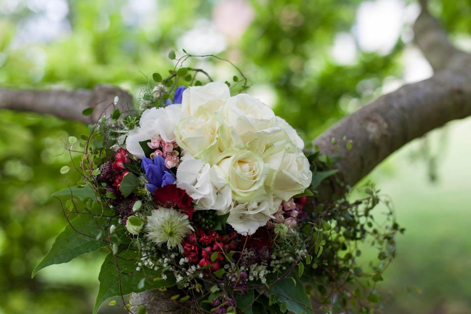Hochzeitsfoto Stuttgart eine Variante des Brautstrauß Stillebens. Diesmal mit Natur im Hintergrund fotografiert.