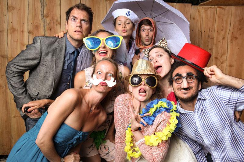 Foto mit Hochzeitsgästen vor dem Photo Booth, der Fotobox mit Selbauslöser