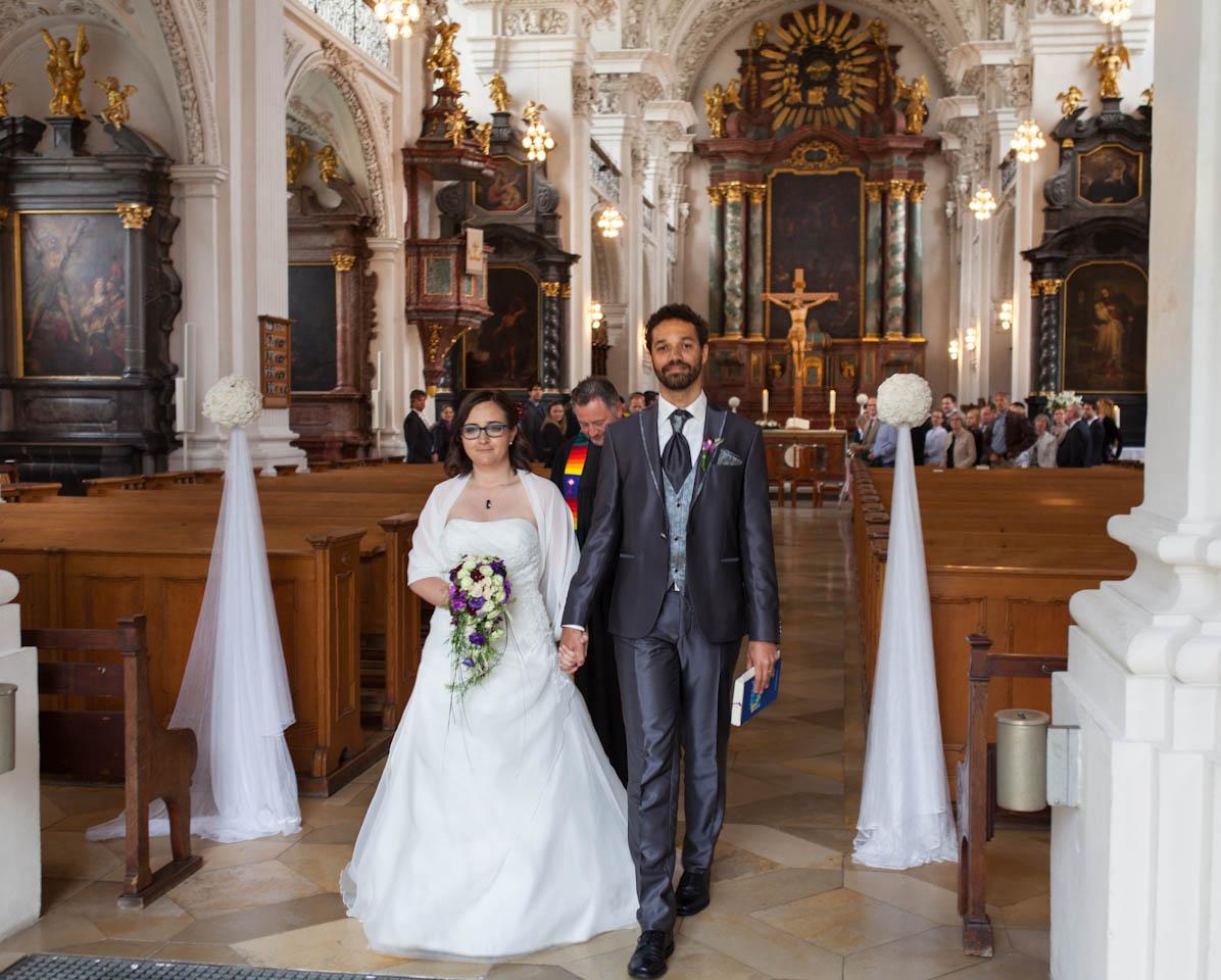 Dynamik in den Hochzeitsbildern Stuttgart. In der Mitte der Zeremonie gehört die Aufmerksamkeit den Brautpaar.Braut und Bräutigam sind oft sehr emotional.