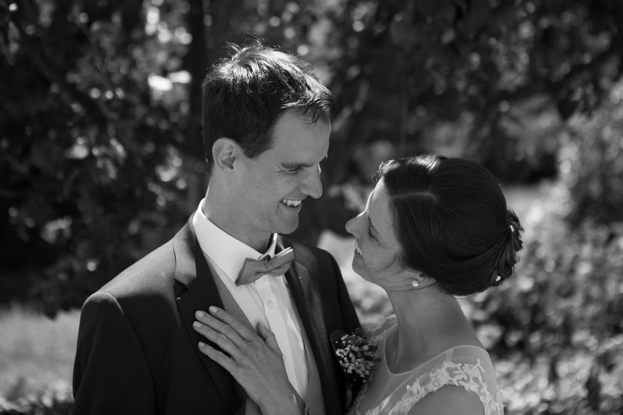 Ein inniger Moment beim Paarshooting. Der Hochzeitsfotograf Stuttgart erstellte diese Aufnahme im Park.