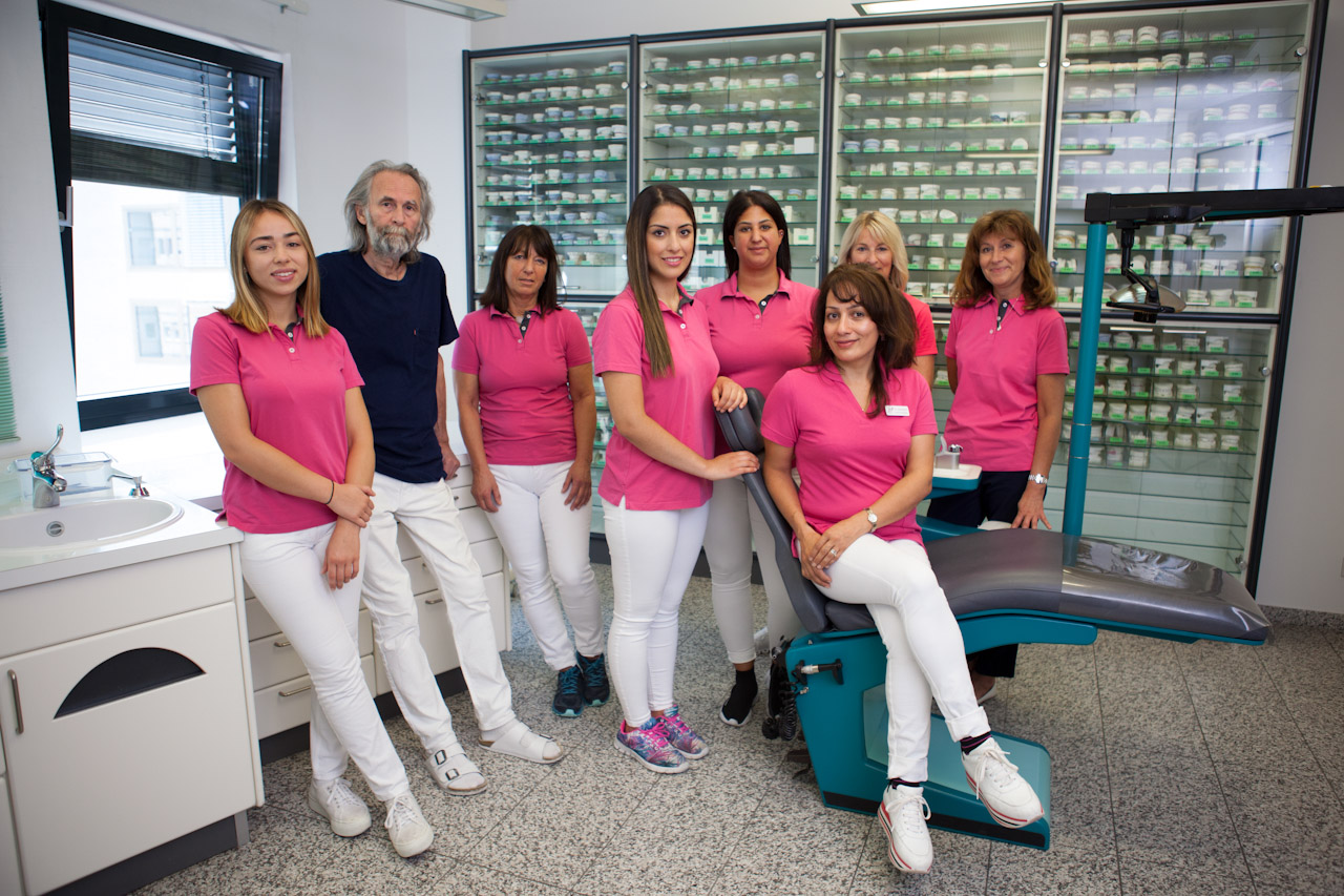 Dr. Ghassemi und ihr Praxisteam- Zahnarzthelferinnen im Behandlungszimmer für das Teamfoto/ Gruppenbild