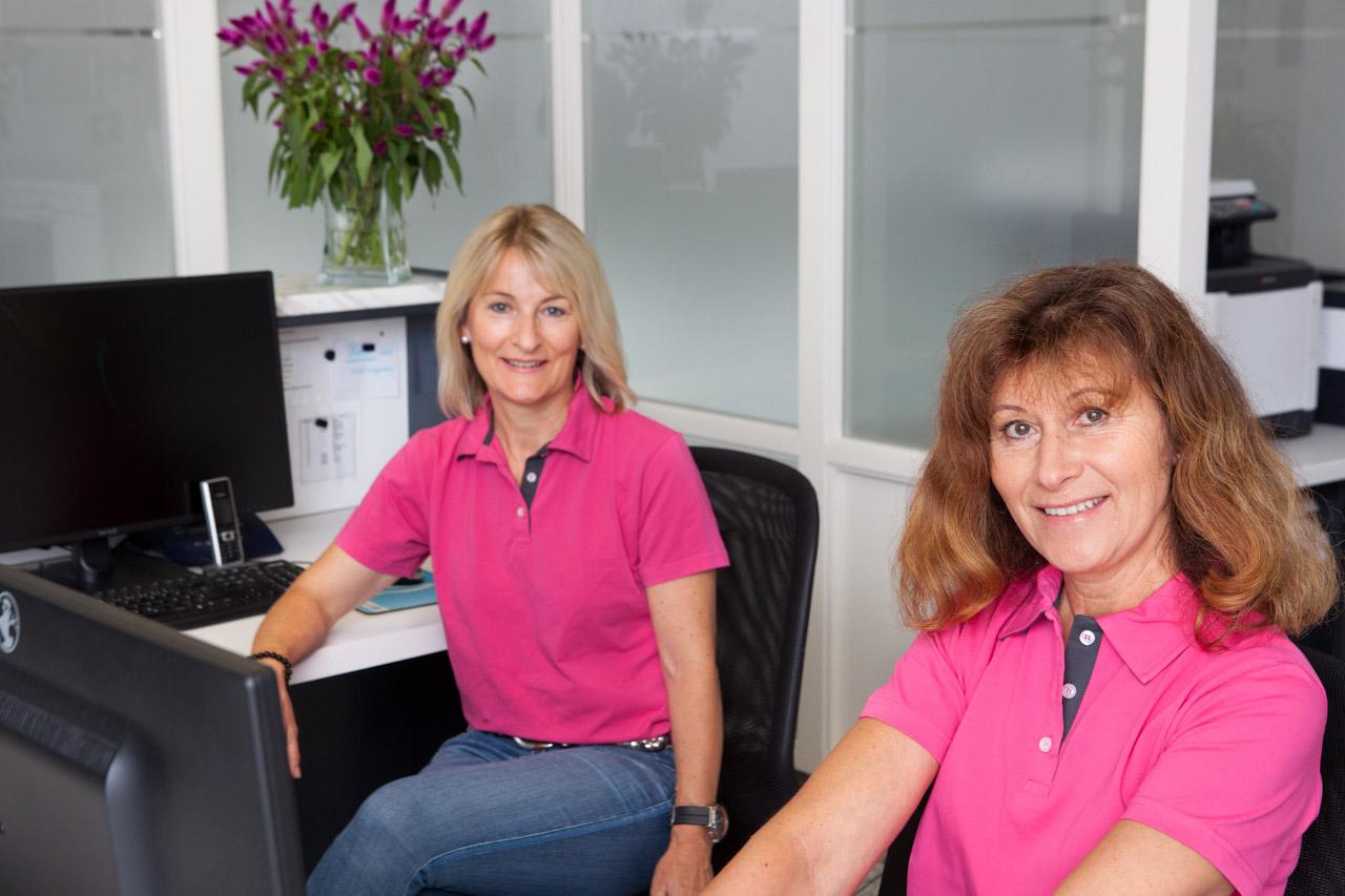 Team der Zahnarzthelferinnen in der Kieferorthopädiepraxis in Stuttgart